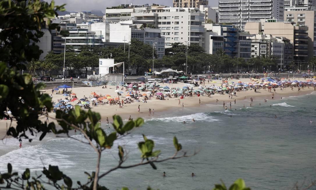 Apesar das nuvens, dia quente no Rio atraiu cariocas às praias da cidade neste domingo Foto: Luiza Moraes / Agência O Globo