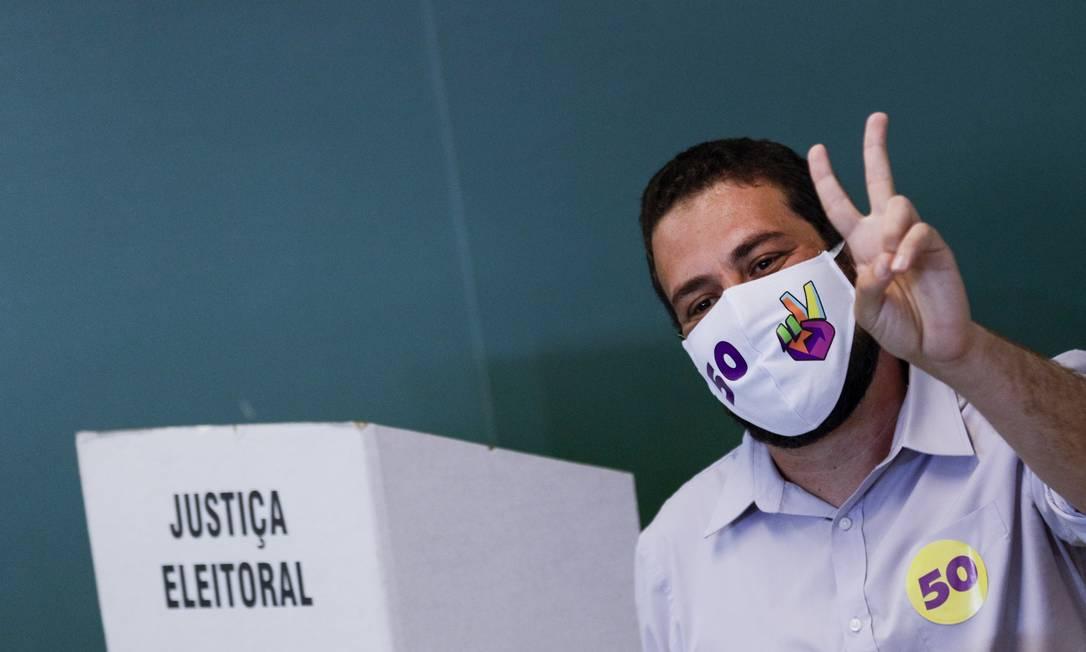 Guilherme Boulos, candidato à prefeitura de São Paulo pelo PSOL, vota na Pontifícia Universidade Católica, na Zona Oeste da cidade Foto: CJPress / Agência O Globo