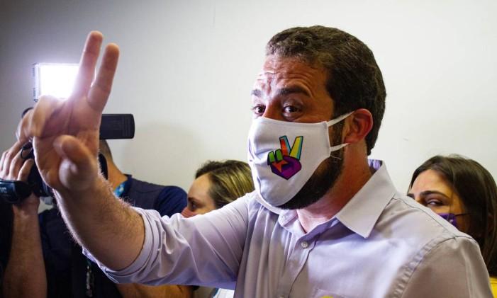 Guilherme Boulos (Psol) vota com máscara com o símbolo de V, em São Paulo Foto: Ofotográfico / Agência O Globo