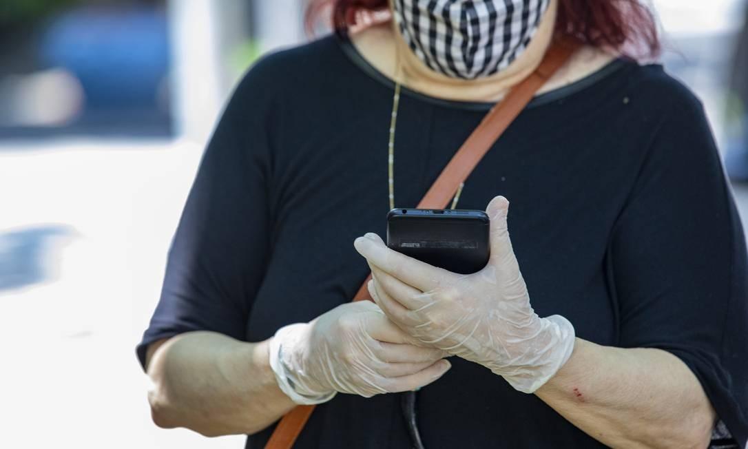 Teve gente que recorreu ao uso de luvas para se proteger do coronavírus, na Escola Henrique Dodsworth, em Ipanema Foto: Ana Branco / Agência O Globo