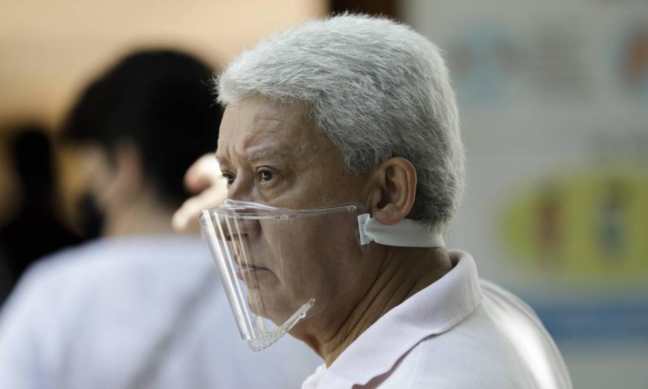 Eleitor com máscara acrílica transparente aguarda para votar no colégio Santo Agostinho, no Leblon, Zona Sul do Rio Foto: Gabriel de Paiva / Agência O Globo
