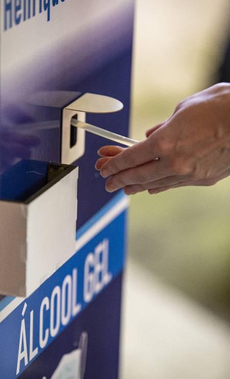 """Álcool em gel: higienização das mãos foi indispensável antes de apertar o """"verde"""" nas urnas Foto: Ana Branco / Agência O Globo"""