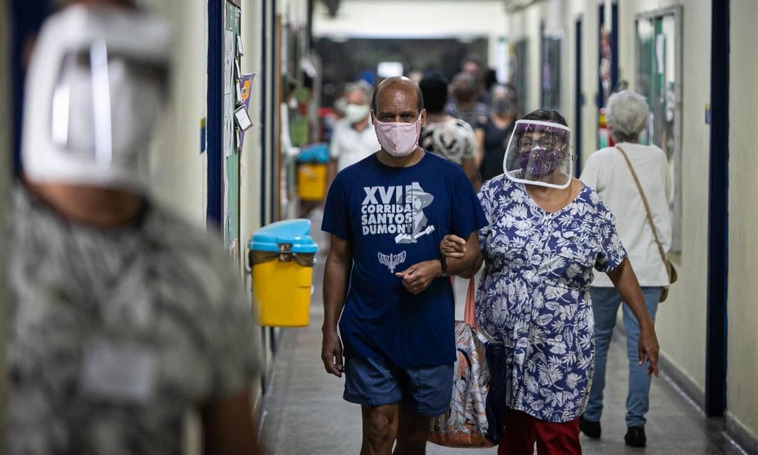 Uso da máscara foi obrigatório para eleitores dentro de todas as seções eleitorais Foto: Hermes de Paula / Agência O Globo