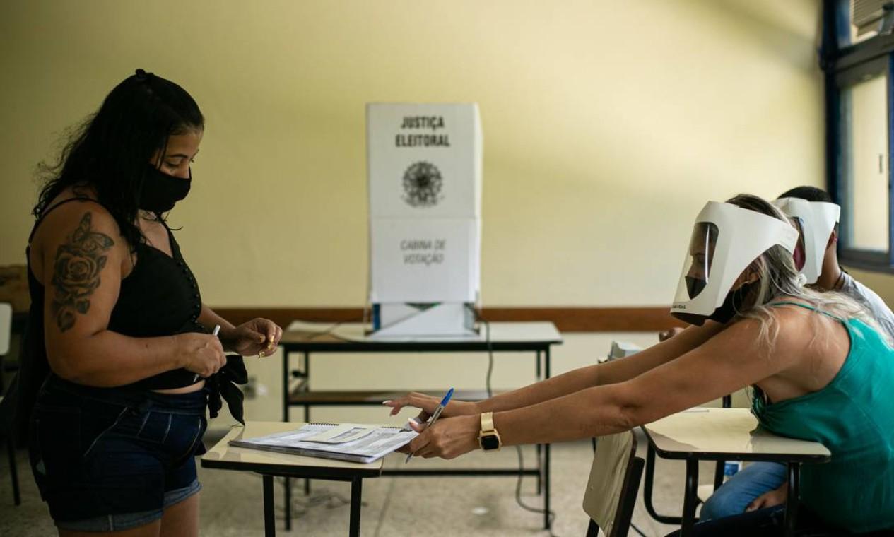 Distanciamento é mantido entre eleitor e mesário na UERJ, em São Gonçalo, Região Metropolitana do Rio Foto: Hermes de Paula / Agência O Globo