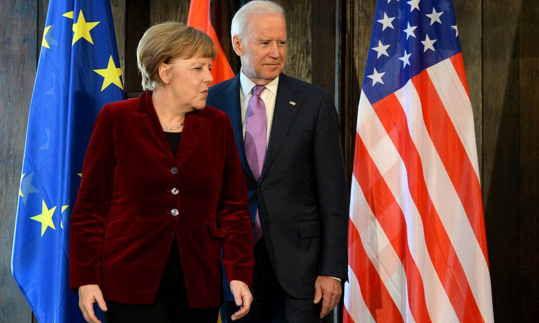 O então vice Joe Biden, agora eleito, e a chanceler alemã, Angela Merkel: contenção da China deve aproximar os EUA e a Europa, aliviada com a troca de comando na Casa Branca Foto: CHRISTOF STACHE / AFP