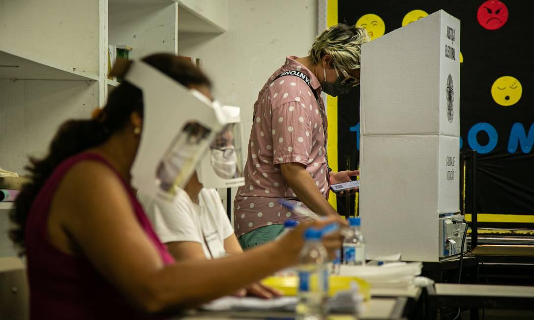 Votação em escola municipal no bairro do Catete, na Zona Sul do Rio: abstenção na capital fluminense ficou acima de 30% Foto: Hermes de Paula / Agência O Globo