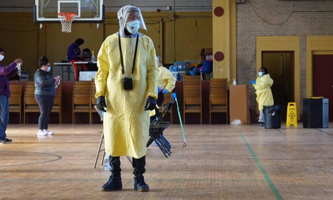 Em Chicago, homem ajuda a realizar testes para a Covid-19 Foto: SCOTT OLSON / AFP