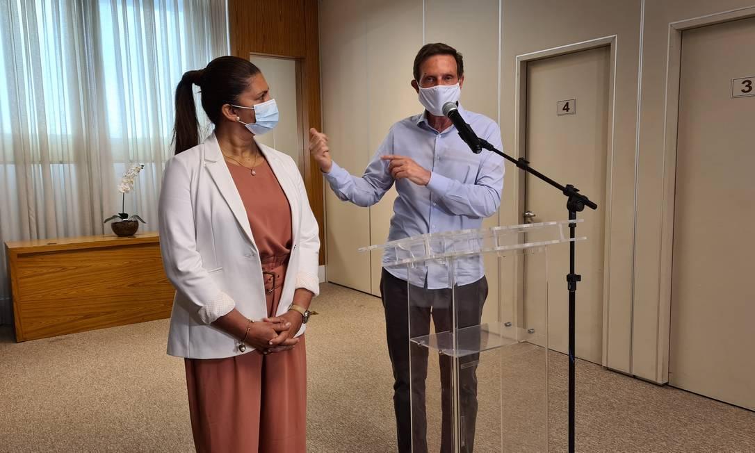 O prefeito Marcelo Crivella (Republicanos) e a candidata à vice-prefeita Andrea Firmo durante entrevista coletiva Foto: Felipe Grinberg