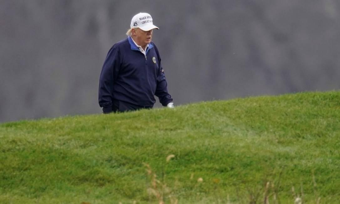 Presidente Donald Trump joga golfe em um de seus campos, no estado da Virgínia Foto: JOSHUA ROBERTS / REUTERS / 15-11-2020