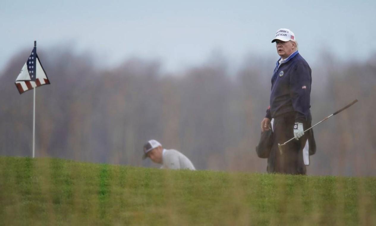 Trump se dirigiu mais uma vez ao campo na Virgínia para praticar o esporte Foto: JOSHUA ROBERTS / REUTERS