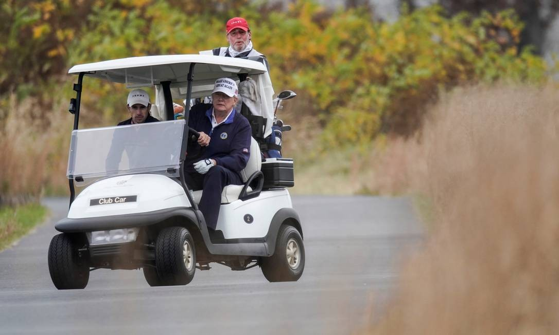 O presidente dos EUA dirige um carrinho de golfe enquanto segue para próxima tacada Foto: JOSHUA ROBERTS / REUTERS