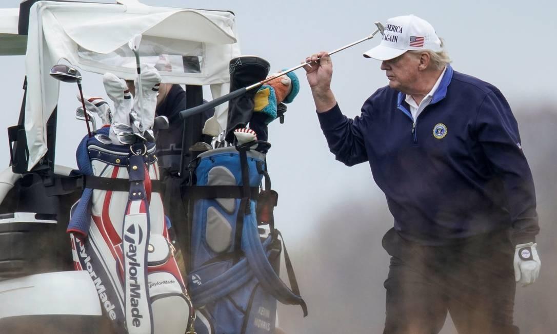 Trump substitui seu taco durante jogo de golfe. Campanha do presidente desistiu, neste domingo, de uma parte fundamental do processo em que desafia o resultado da eleição na Pensilvânia Foto: JOSHUA ROBERTS / REUTERS