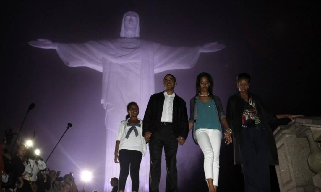 Obama com a mulher, Michelle, e as filhas Malia e Sasha no Cristo Redentor, durante viagem ao Rio de Janeiro em 20 de março de 2011 Foto: JASON REED / Reuters