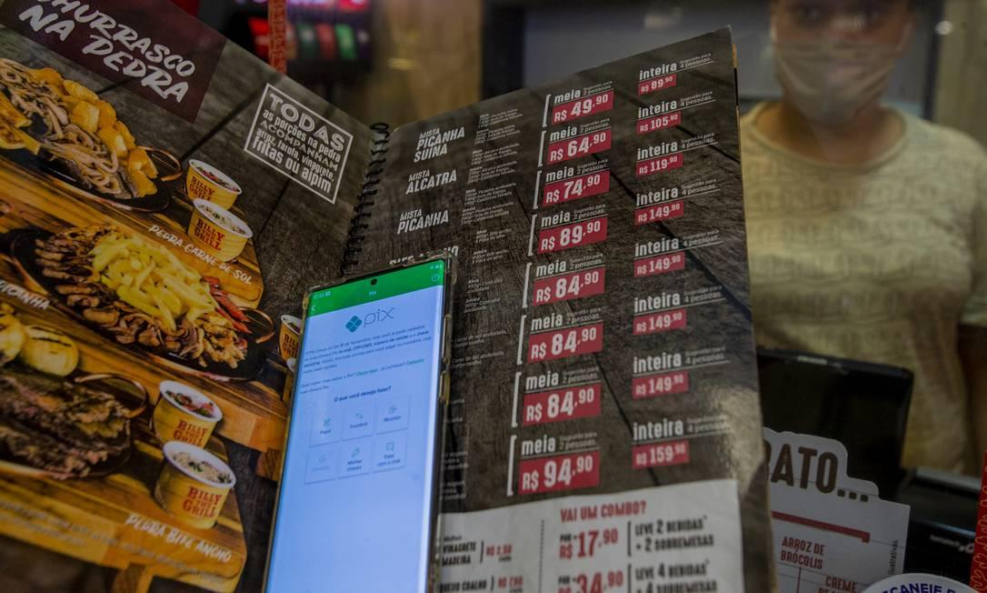 Pagamento com Pix no restaurante Billy The Grill: ainda há dúvidas sobre o sistema Foto: Antonio Scorza / Agência O Globo