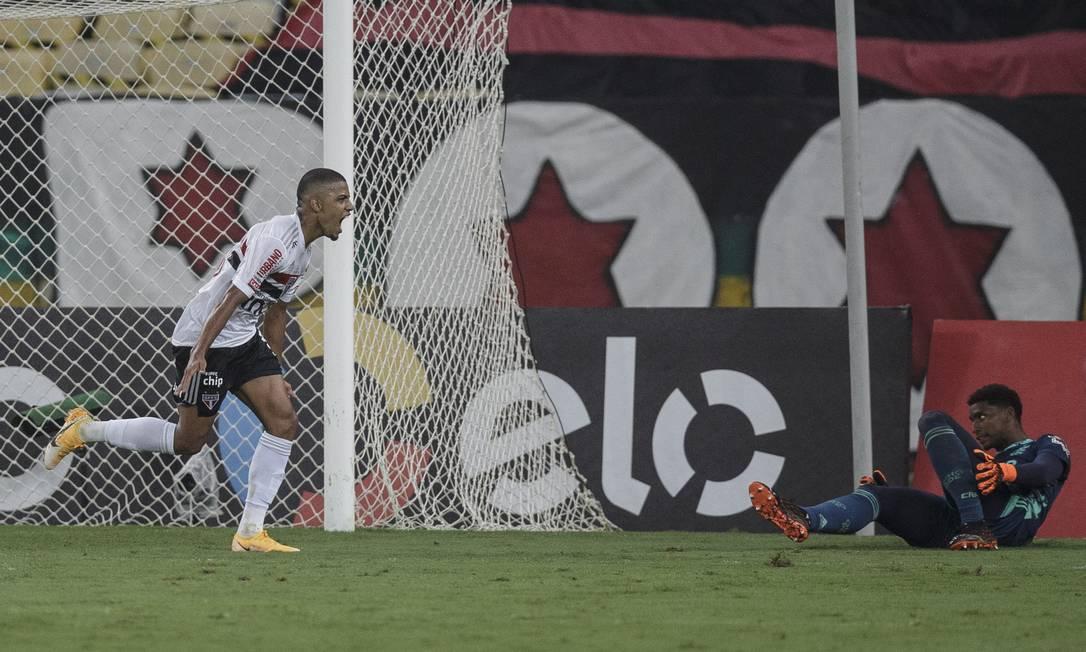 Brenner comemora o gol, enquanto Hugo observa o lance, no fim da partida entre Flamengo e São Paulo, no Maracanã Foto: Alexandre Cassiano