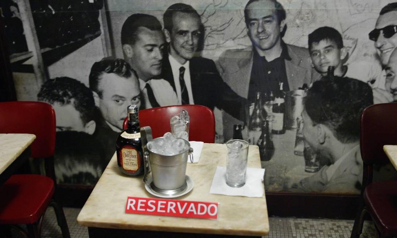 'Reservado': mesa na Casa Villarino onde sentavam Vinícius de Moraes, Tom Jobim, Haroldo Costa e Oscar Niemeyer. Ao fundo, painel eterniza Vinícius e amigos Foto: Ricardo Leoni / Agência O Globo - 26/05/2006