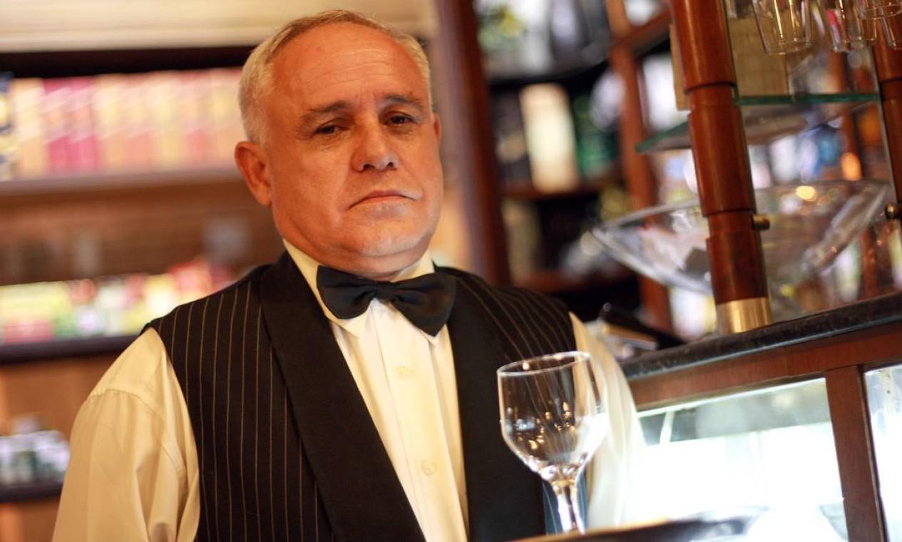 Garçom na Casa Villarino: foi no bar, em 1956, que Vinícius foi apresentado a Tom Jobim Foto: Pedro Teixeira em 15/07/2013 / Agência O Globo