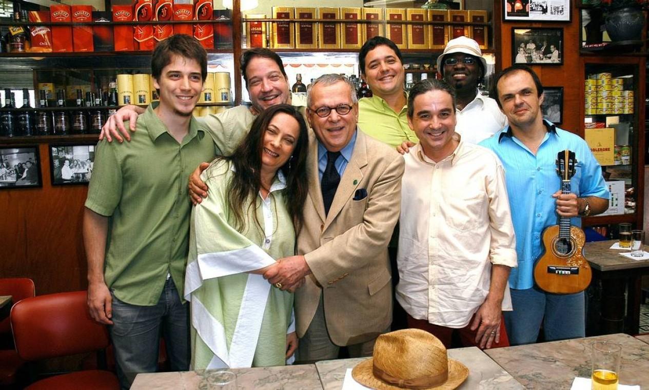 Marcos Vilaça, então presidente da ABL, abraça a cantora Clara Sandroni na gravação de um DVD, no bar Villarino, com as músicas escolhidas pelos imortais em 30/10/2007 Foto: Cel Lisboa / Agência O Globo