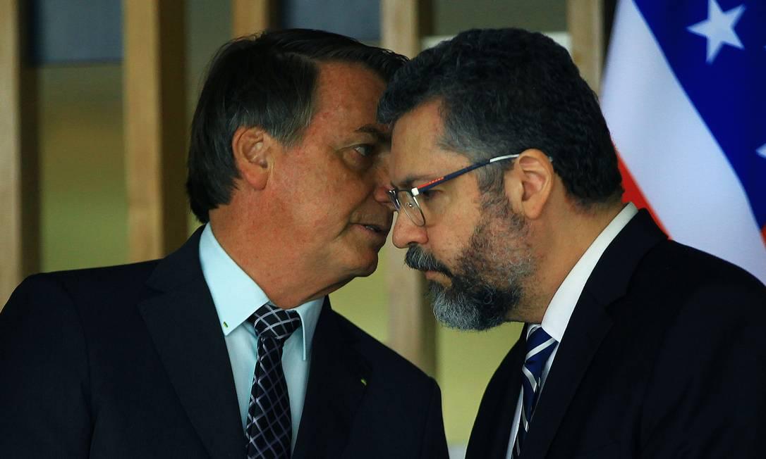 Presidente Jair Bolsonaro conversa com o ministro das Relações Exteriores, Ernesto Araújo Foto: Jorge William / Agência O Globo