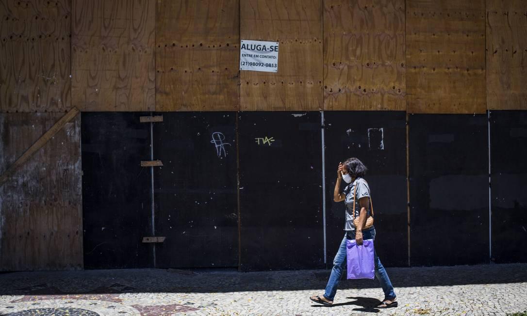 Lojas fechadas no Centro do Rio Foto: Guito Moreto / Agência O Globo