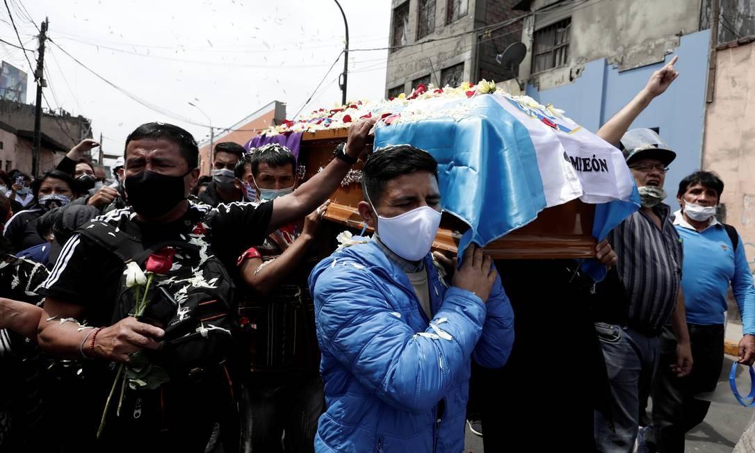 Parentes e amigos de Inti Sotelo, morto nos protestos em Lima, carregam seu caixão. Uma missão do Escritório do Alto Comissariado das Nações Unidas para os Direitos Humanos avaliará, a partir desta quarta-feira, o impacto sobre os direitos humanos da crise política no Peru Foto: STRINGER / REUTERS