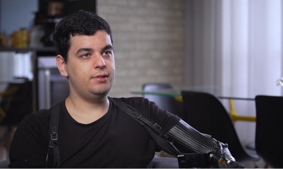 Pedro Pimenta tinha 18 anos quando foi infectado por uma bactéria, quase morreu, e como consequência teve que amputar braços e pernas. Foto: Divulgação