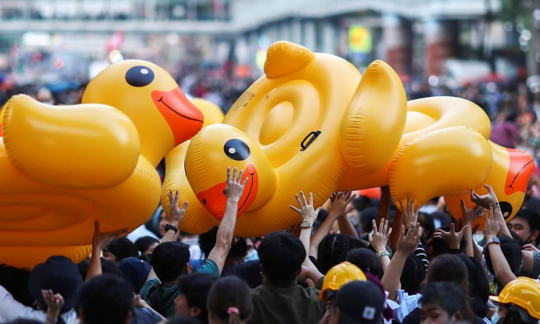 Manifestantes usam patos infláveis como escudo para se proteger durante protestos em Bangcoc, na Tailândia Foto: ATHIT PERAWONGMETHA / REUTERS