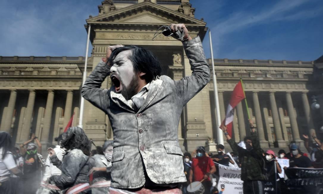 Manifestante comemora renúncia de Merino, que entregou o cargo em breve pronunciamento no domingo (15), seis dias depois de assumir cargo em processo de impeachment questionado pelo povo que tomou as ruas Foto: ERNESTO BENAVIDES / AFP - 14/11/2020