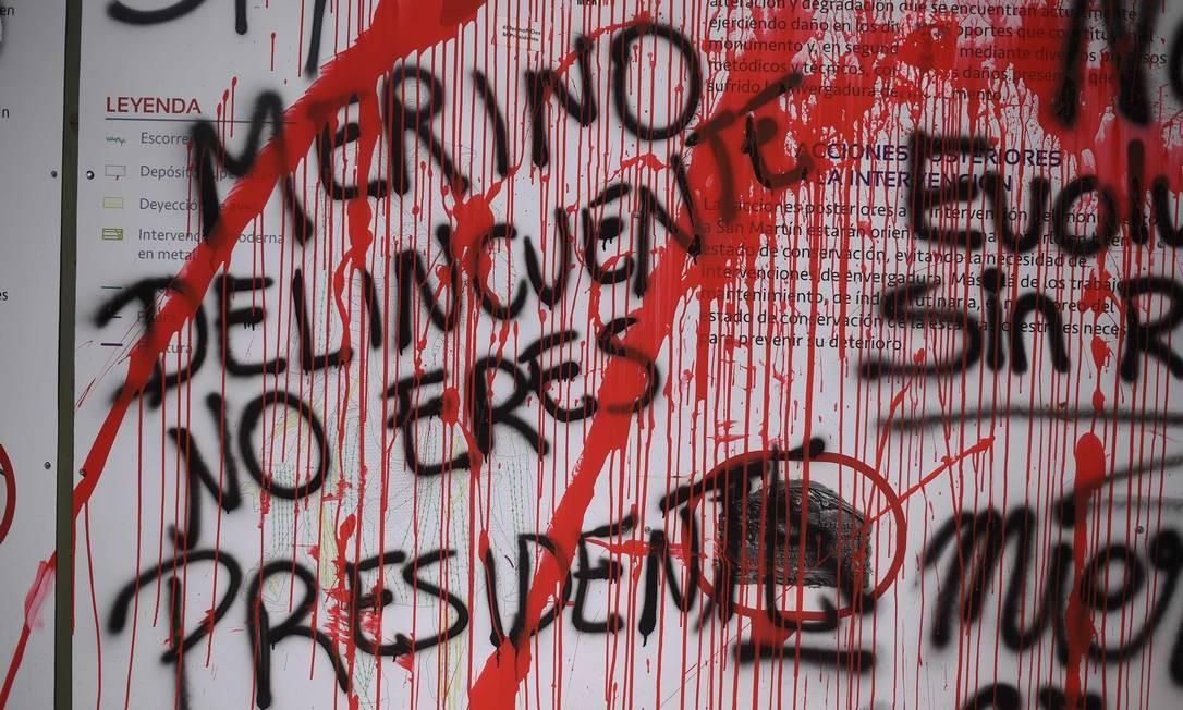 """A revolta da população deixou marcas pela capital do país: """"Merino delinquente, não é [nosso] presidente"""" Foto: ERNESTO BENAVIDES / AFP - 14/11/2020"""