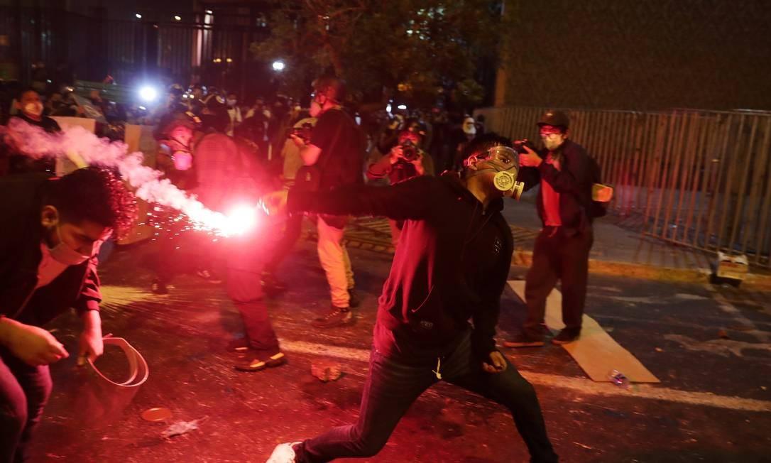 Durante a noite, as ruas viravam trincheiras entre manifestantes e a polícia, que foi responsável pela morte de dois manifestantes vítimas de disparos de arma de fogo na cabeça, pescoço e tórax Foto: SEBASTIAN CASTANEDA / REUTERS - 14/11/2020