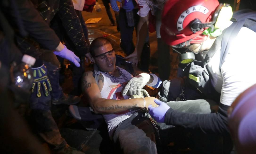 Manifestante ferido recebe atendimento durante noite de protestos em Lima Foto: SEBASTIAN CASTANEDA / REUTERS - 15/11/2020