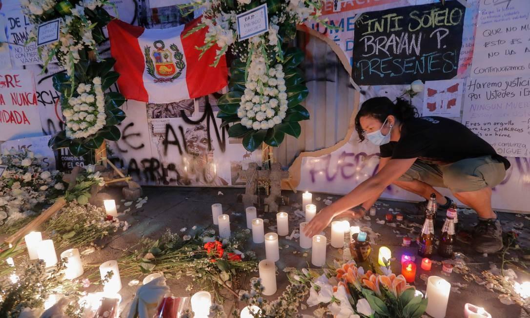 Pessoas prestam homenagem com flores e cartões durante uma vigília à luz de velas em Lima em memória de Inti Sotelo, 24, e Jack Pintado, 22, feridos e posteriormente declarados mortos, durante confrontos contra a polícia que usou armas de fogo contra a população Foto: LUKA GONZALES / AFP - 15/11/2020