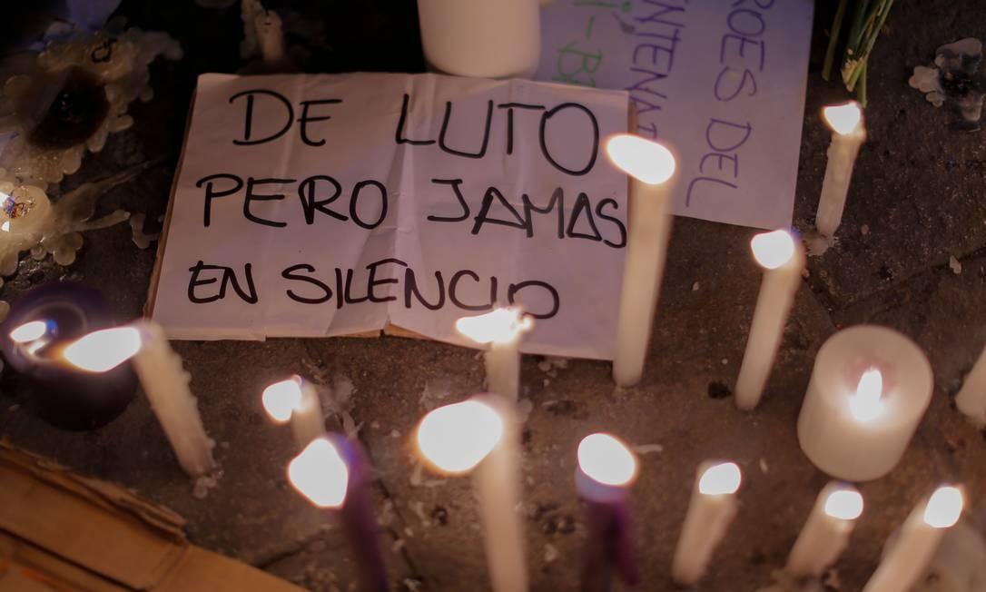 """""""De luto, mas nunca em silêncio"""", diz o cartaz em memorial improvisado para homenagear as vítimas da truculência policial durante as manifestações que fizeram o presidente tratado como """"golpista"""" renunciar antes da primeira semana de governo, após impeachment relâmpago que destituiu Martín Vizcarra Foto: LUKA GONZALES / AFP - 15/11/2020"""