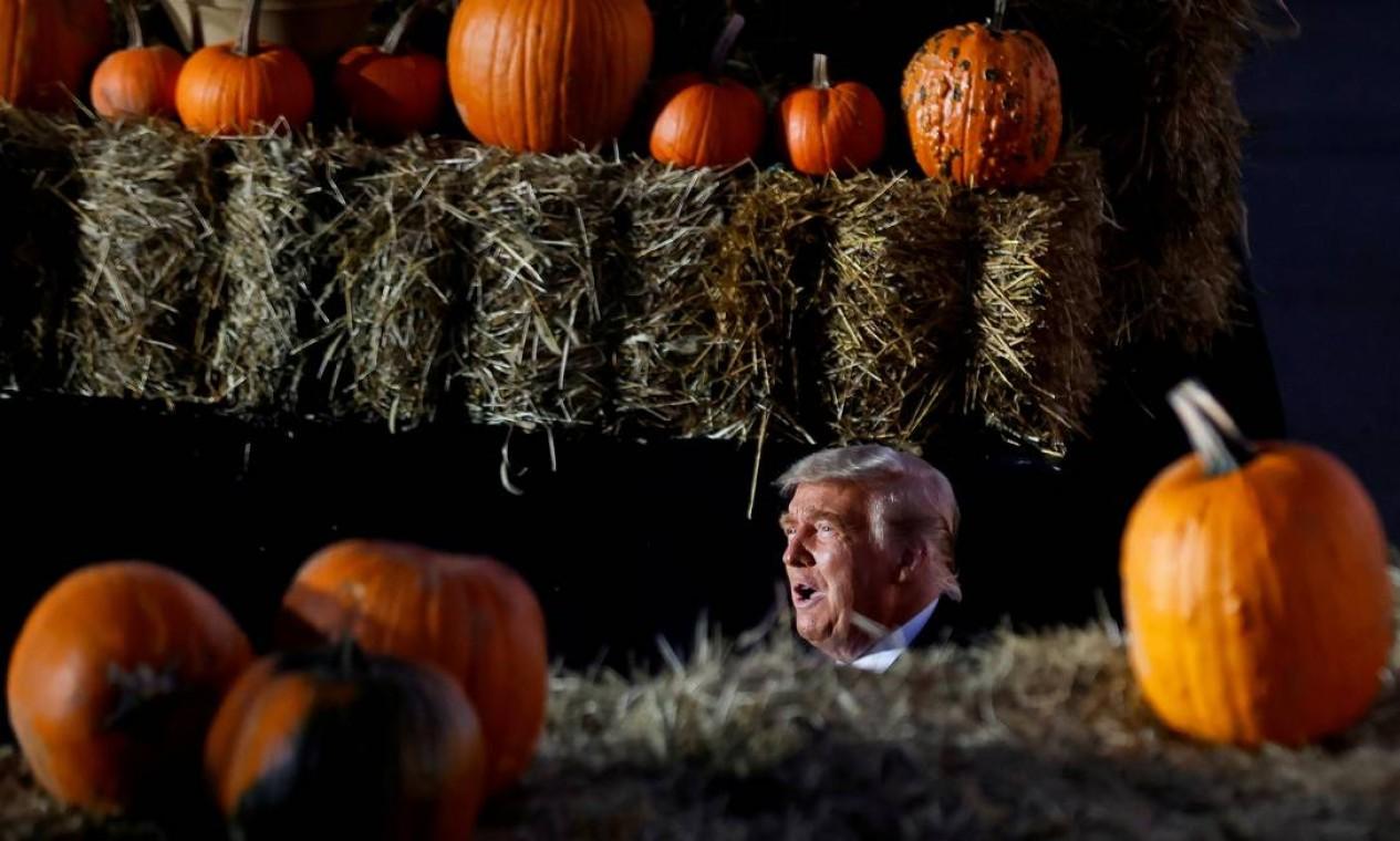 O presidente dos EUA, Donald Trump, é visto entre abóboras durante um comício de campanha no Aeroporto Regional de Pittsburgh-Butler em Butler, Pensilvânia, EUA, no dia do Halloween Foto: CARLOS BARRIA / REUTERS - 31/10/2020