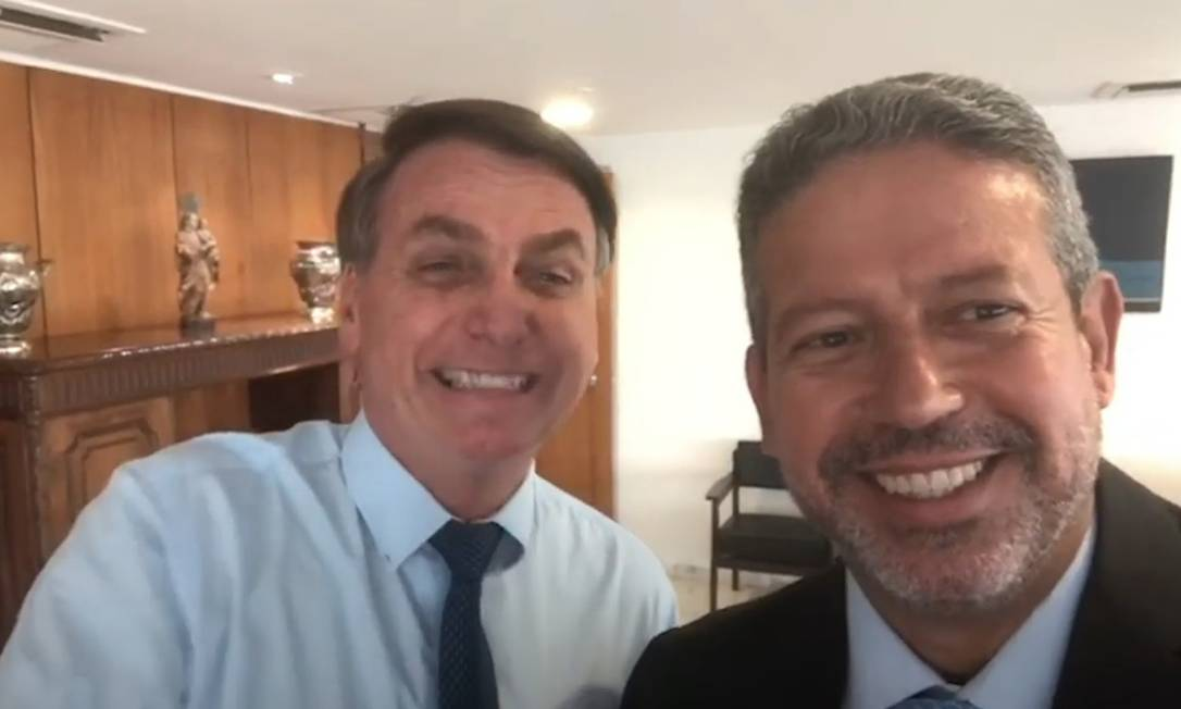 Jair Bolsonaro ao lado de Arthur Lira, deputado réu na Lava-Jato, em vídeo gravado no Planalto Foto: Reprodução / Agência O Globo