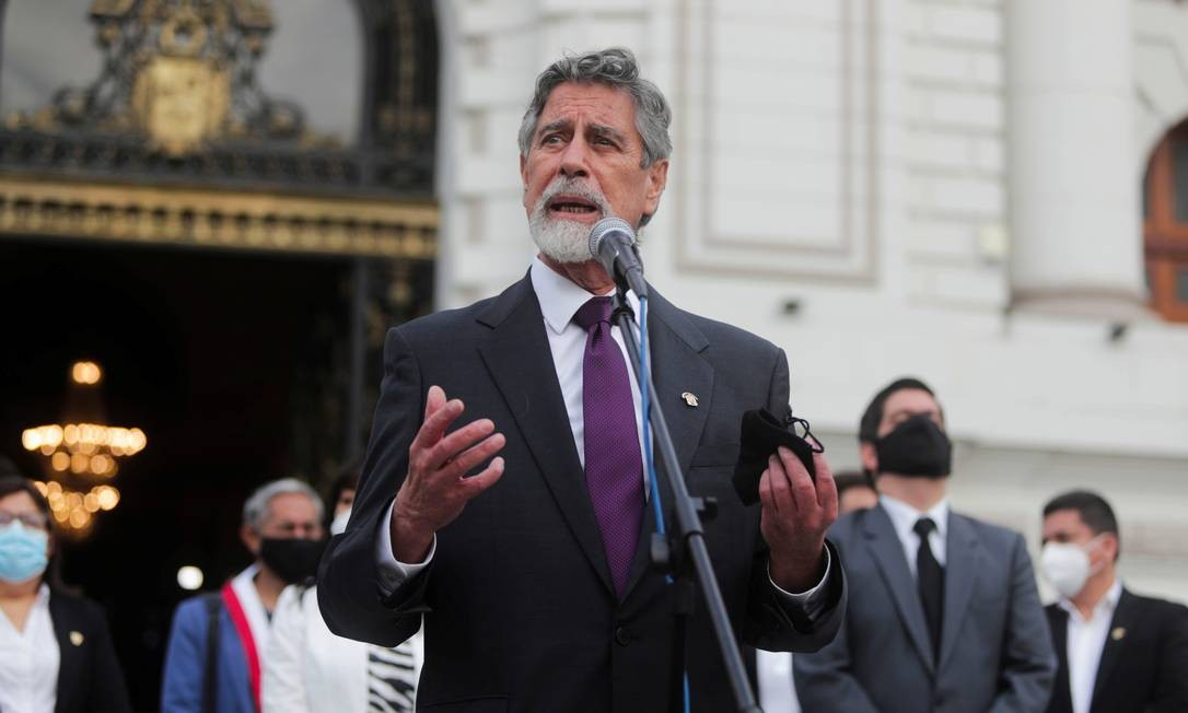 Com a renúncia de Merino, assume Francisco Sagasti, eleito por uma mesa diretora formada com votos de parlamentares. Ele governará o país até as eleições ordinárias em abril de 2021 Foto: SEBASTIAN CASTANEDA / REUTERS - 16/11/2020