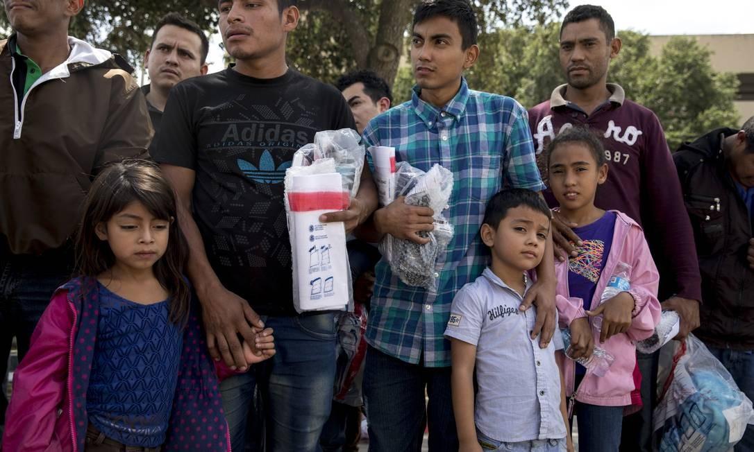 Famílias de migrantes esperam em uma estação de ônibus após serem libertadas pelas autoridades de imigração em McAllen, Texas Foto: ILANA PANICH-LINSMAN / NYT/03-07-2018