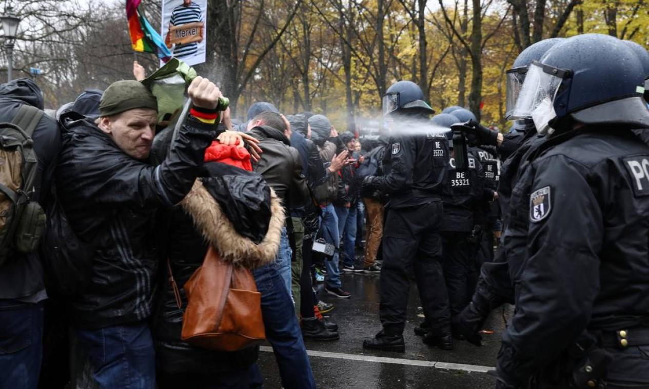 Policial usa spray de pimenta contra manifestantes, próximo à Porta de Brandenburgo em Berlim, Alemanha Foto: CHRISTIAN MANG / REUTERS - 18/11/2020