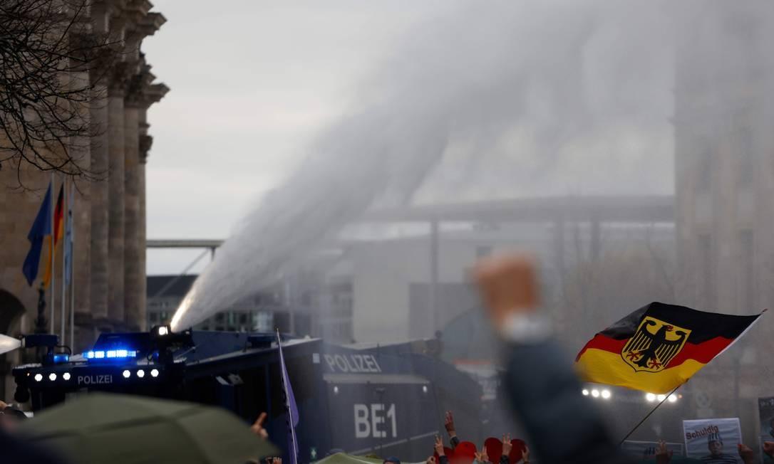 Polícia usa canhão de água para dispersar manifestação próximo ao parlamento Foto: ODD ANDERSEN / AFP