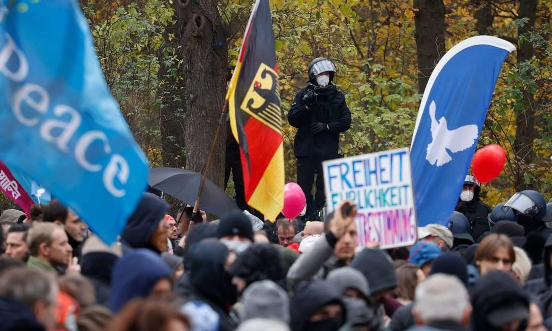 Policial faz guarda diante de manifestação de negacionistas em Berlim Foto: ODD ANDERSEN / AFP
