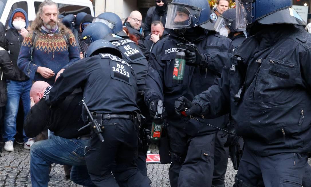 Negacionista, sem máscara, é detido pela polícia. Cerca de 5.000 ativistas se concentraram no Portão de Brandemburgo, depois que o governo alemão proibiu as manifestações fora do parlamento por temor de violência. A manifestação refletiu protestos semelhantes vistos em toda a Europa contra as restrições que os oponentes veem como uma violação de seus direitos civis, apesar das advertências sobre a necessidade de impedir a propagação da Covid-19 Foto: ODD ANDERSEN / AFP
