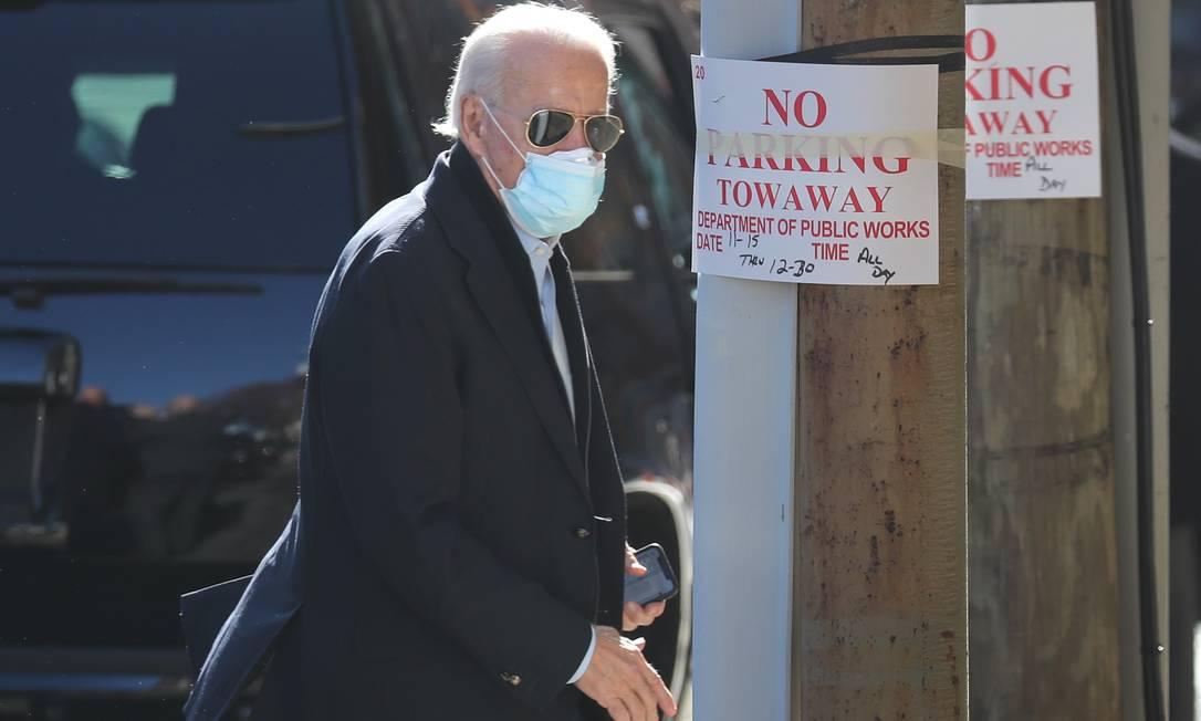 Joe Biden chega a teatro em Wilmington, no estado de Delaware, onde participa de reunião virtual com profissionais da Saúde Foto: JOE RAEDLE / AFP