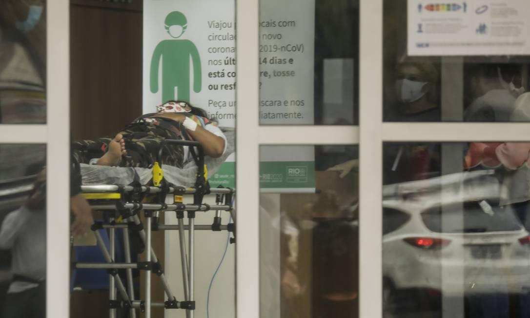 Aumento no número de casos: no Hospital Miguel Couto, no Rio, paciente com suspeita de Covid-19 é examinada na recepção Foto: Gabriel de Paiva / Agência O Globo