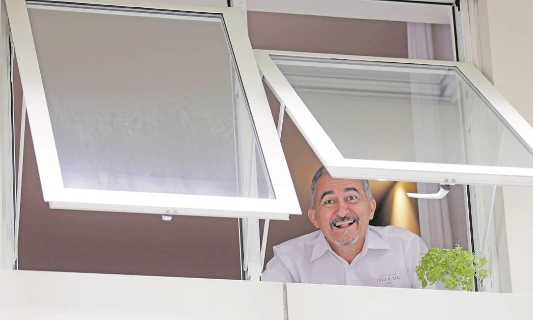 O recepcionista Fernando Aragão, que foi o único morador do Ipanema Inn durante os últimos cinco meses, quando o hotel ficou fechado por causa da pandemia Foto: Luiza Moraes / Agência O Globo
