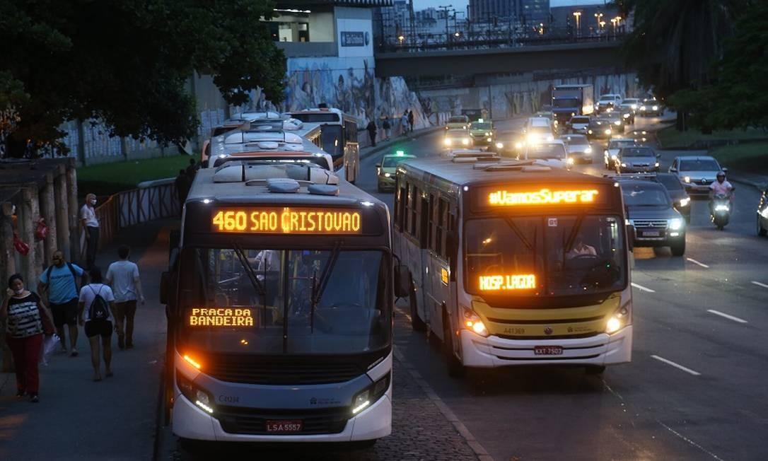 Ônibus no Rio: queda na demanda pode levar a alta das passagens em 2021 Foto: Pedro Teixeira / Agência O Globo