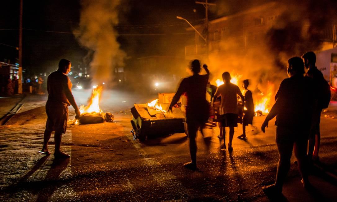 Blecaute. Protestos durante o primeiro apagão em Macapá: retomada do abastecimento normal de energia deve ocorrer até o dia 26, de acordo com a LMTE, que conecta o estado à rede federal Foto: Fotoarena / Agência O Globo