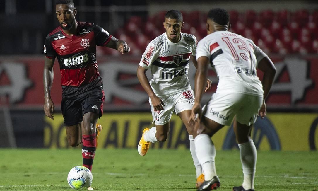Gérson conduz a bola na derrota do Flamengo Foto: Foto: Alexandre Vidal / Flamengo / Agência O Globo