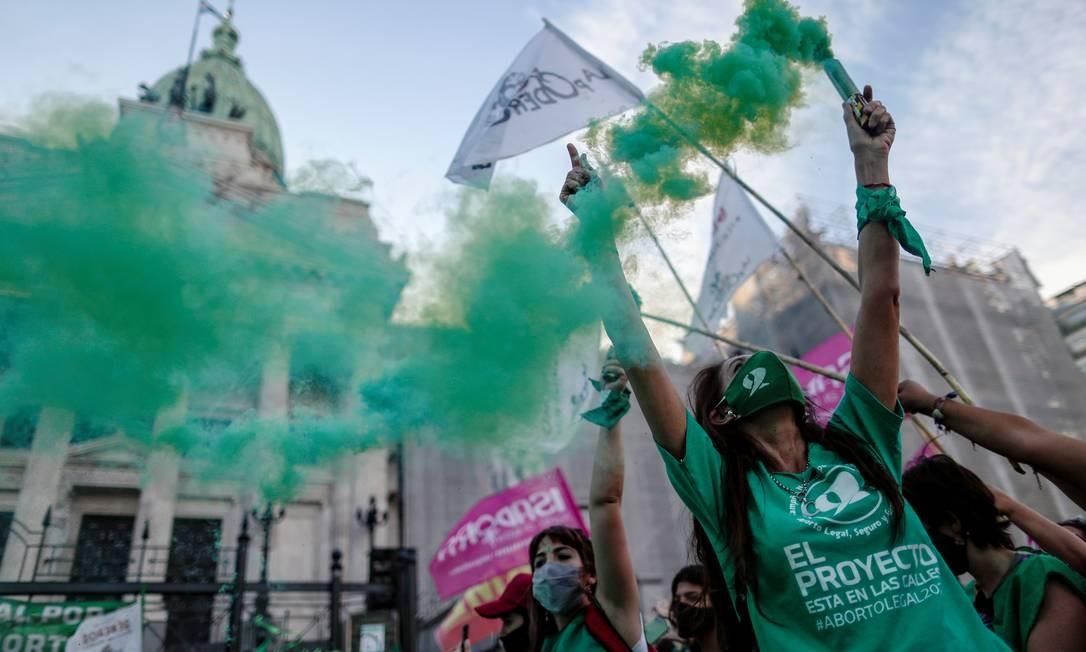 Ativistas participam de manifestação a favor da legalização do aborto, fora do Congresso Nacional, em Buenos Aires, Argentina Foto: AGUSTIN MARCARIAN / REUTERS