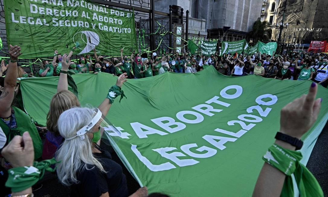 Ativistas seguram uma faixa dizendo Aborto Legal 2020 durante uma manifestação em frente ao prédio do Congresso em Buenos Aires. O presidente da Argentina, Alberto Fernandez, anunciou no Twitter que enviará um projeto de lei de legalização do aborto ao Congresso, no começo da semana Foto: JUAN MABROMATA / AFP