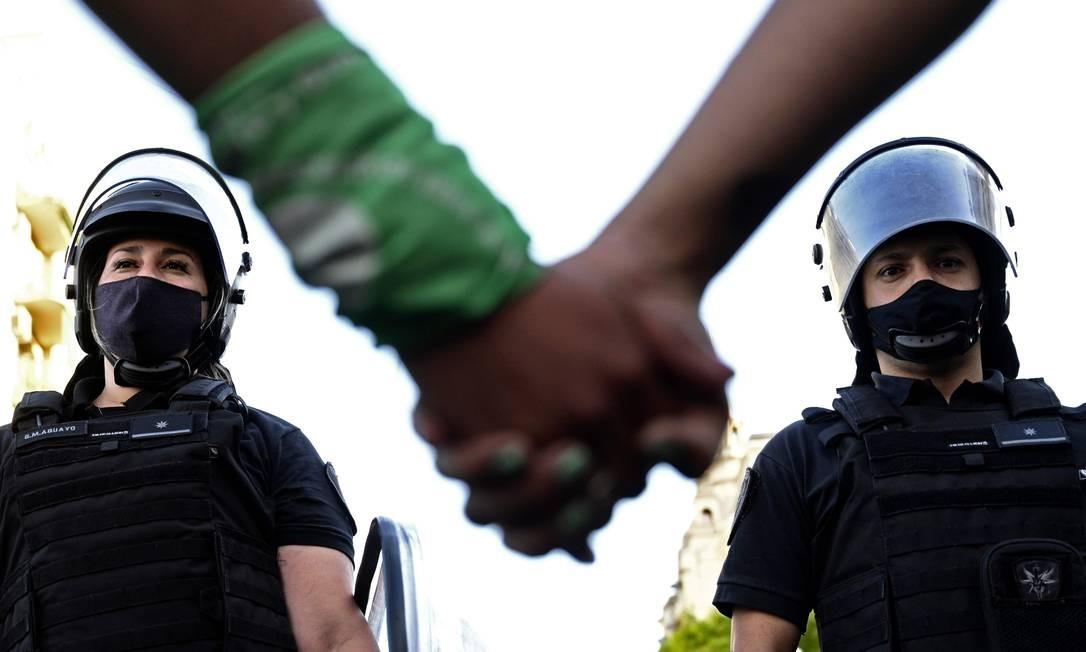 Uma linha da tropa de choque separa manifestantes a favor e contra a legalização do aborto durante uma manifestação em frente ao prédio do Congresso Foto: JUAN MABROMATA / AFP